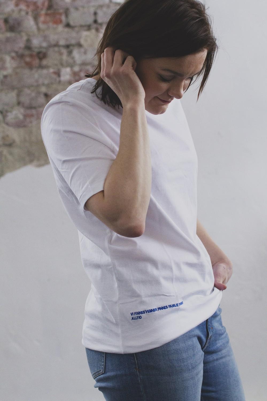 HOLZWEILER Alex hvit t skjorte med brodert dikt